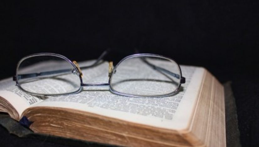 book_and_glasses_212140